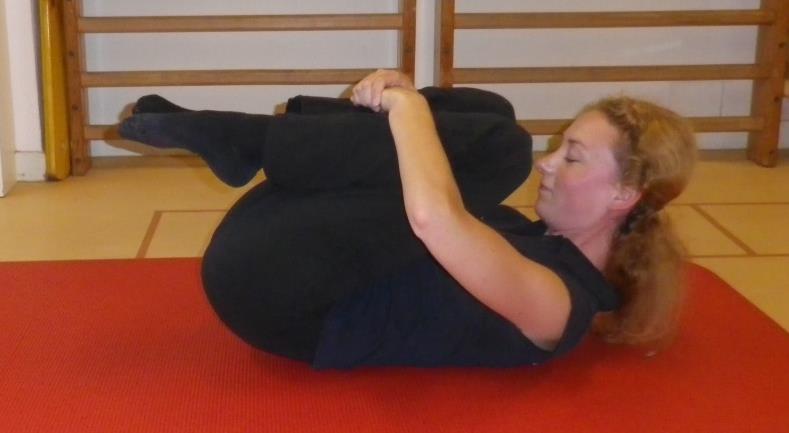 Lage rug en bekken mobiliteit oefening 3: Knieën naar de borst